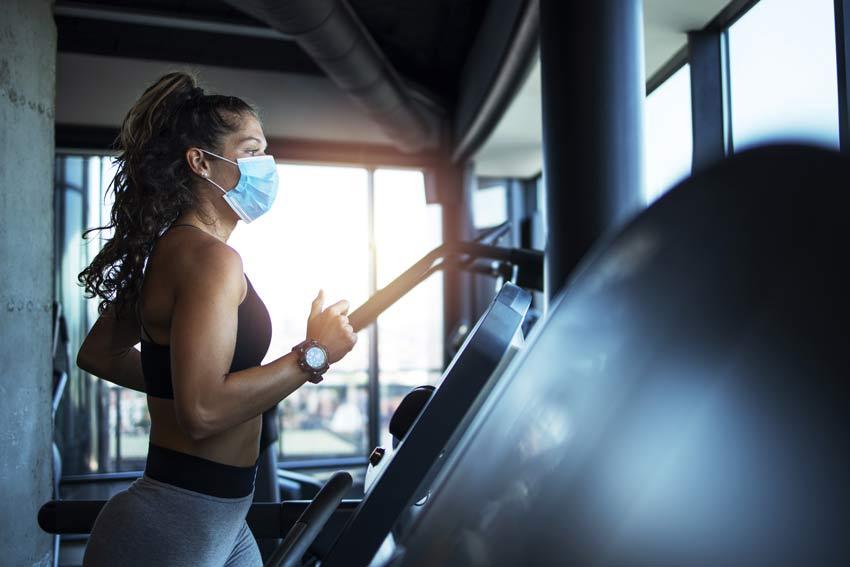 Frau trägt Maske im Fitnessstudio zum Schutz vor Corona in Hannover